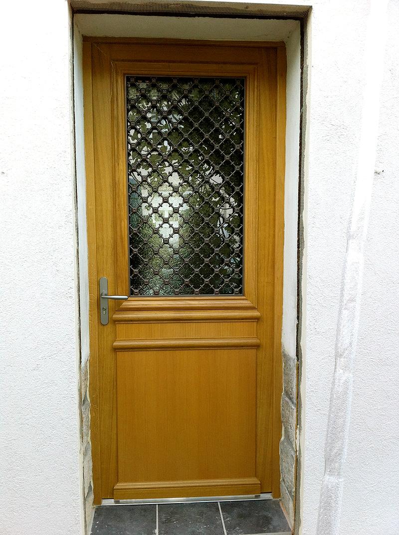 Porte Du0027entrée Traditionnelle. Pose En Rénovation Bois
